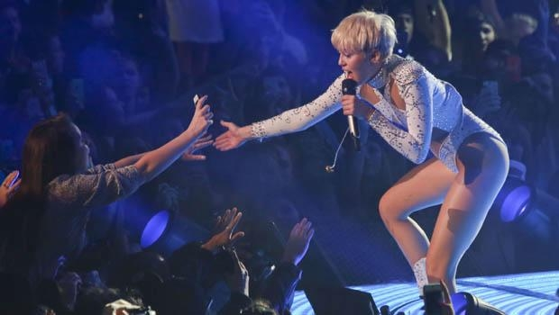 MILEY CYRUS'IN TURNESİNE ANNE VE BABALARDAN TEPKİ 1