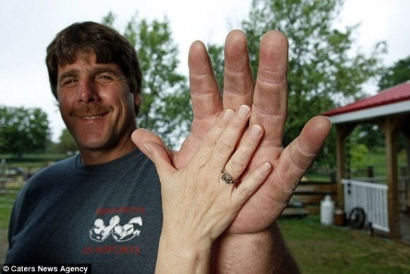 Bu adamda kaplan pençesi gibi el var 1