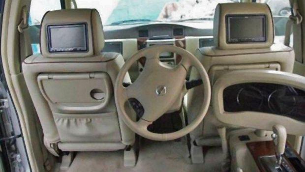 Arabanın direksiyonunu arka koltuğa aldı! 1