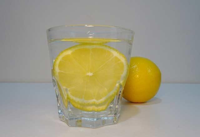 Limonun üzerine tuz ve karabiber döküp yerseniz... 2