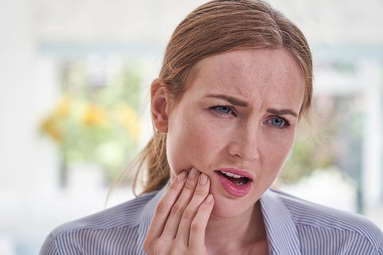 Dişiniz ağrıyor ama dişçiye gidemiyor musunuz? İşte evde yapılacaklar… 1