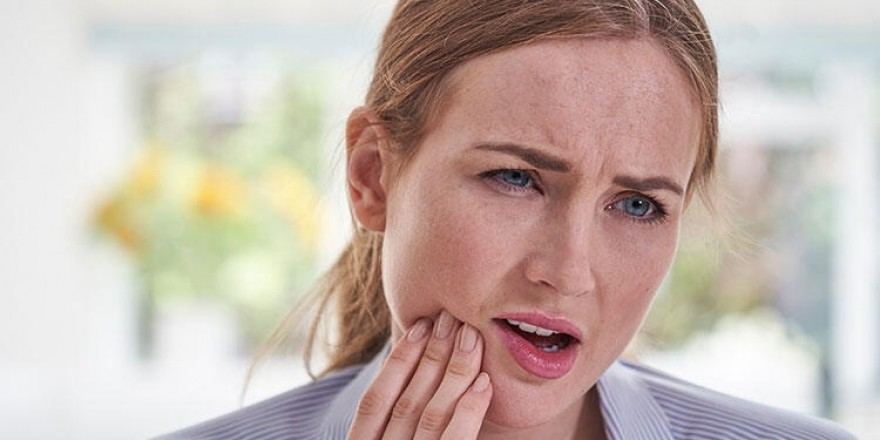 Dişiniz ağrıyor ama dişçiye gidemiyor musunuz? İşte evde yapılacaklar…