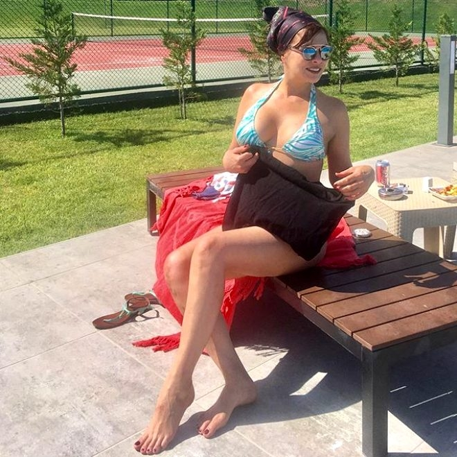 Bikinili pozlarıyla yıllara meydan okuyan 57'lik oyuncu Aydan Şener 1