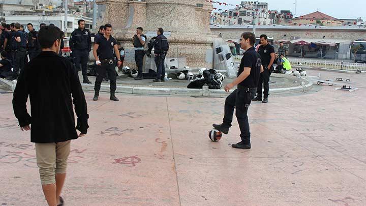 POLİSLER GEZİ PARKI EYLEMCİLERİYLE TOP OYNADI