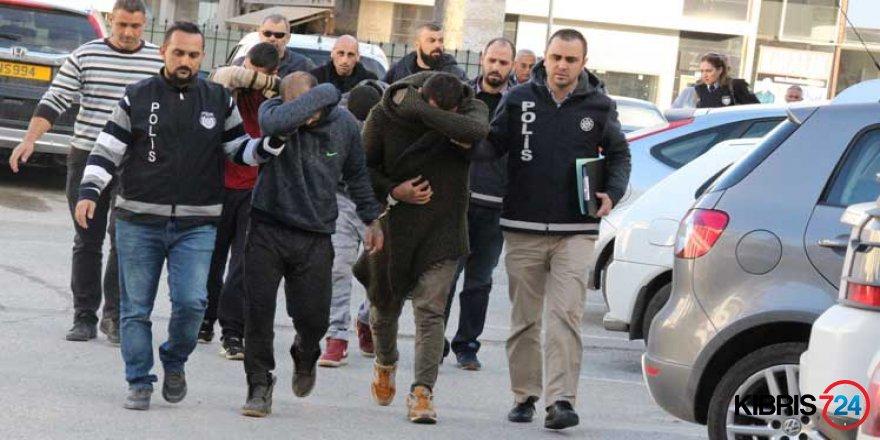 POLİS ARAÇLARINA ÇARPIP KAÇMAYA ÇALIŞTILAR AMA...