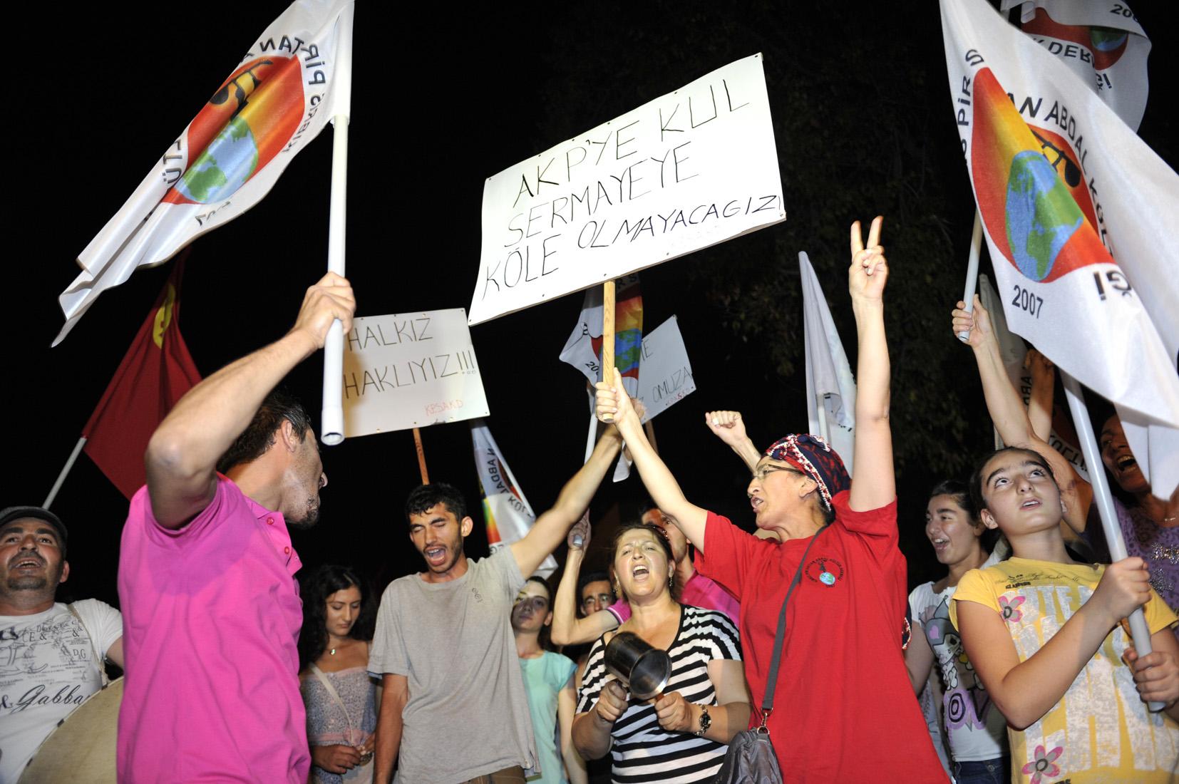 SENDİKAL PLATFORM GEZİ PARKI PROTESTOCULARINA DESTEK AMAÇLI EYLEM DÜZENLEDİ