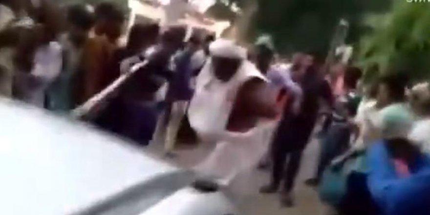 Hindistanlı din adamı cinsel organıyla otomobil çekti
