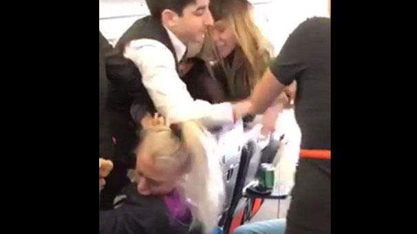 Kucak dansçısı kadınlar uçağı birbirine kattı!