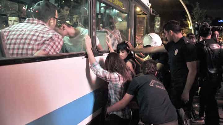 GEZİ'DE POLİSLER KADINLARI ÇIRILÇIPLAK SOYUP ARADI