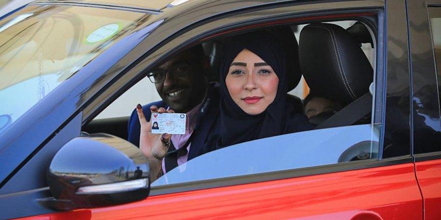 Suudi kadınlar ilk kez trafiğe çıktı