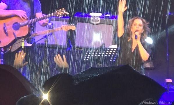 Yağmura inat Sertab Erener'in yanında oldular