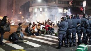 GÖSTERİLERİN SÜRDÜĞÜ BREZİLYA'DA PROTESTOCULAR POLİSLE ÇATIŞTI