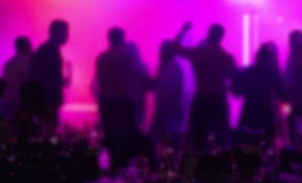 Kuliste aşırı alkol alan şarkıcı sahneye çıkamadı!