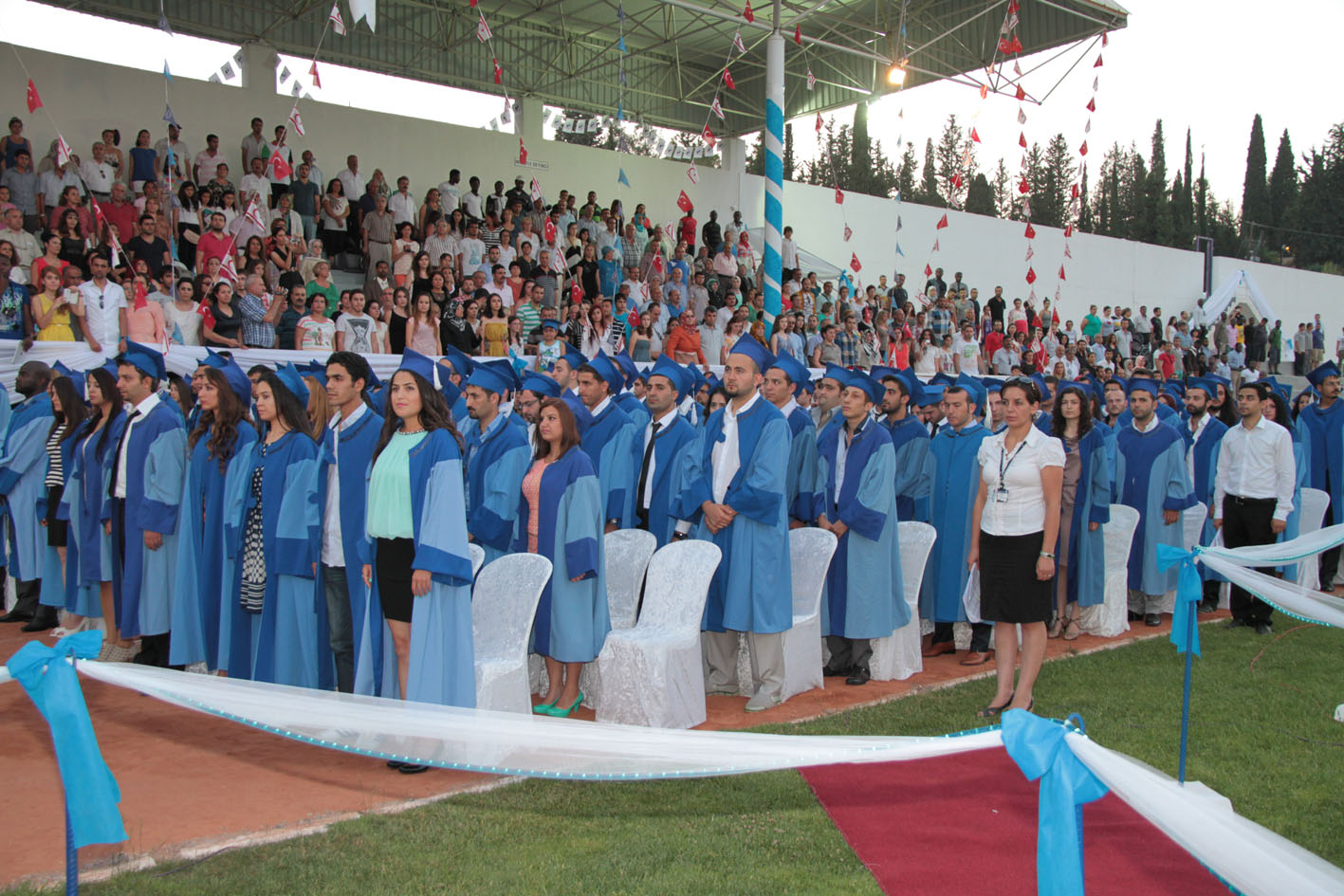 LAÜ 2012-2013 MEZUNLARINI VERDİ...