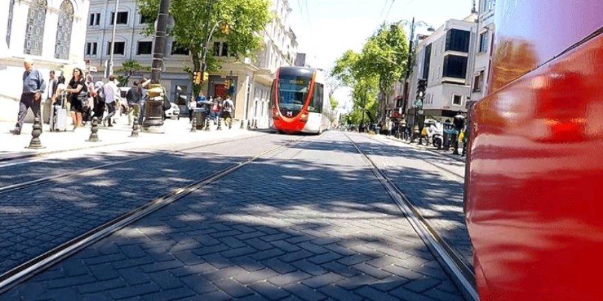 İstanbul'da Tramvay  Turistlere Çarptı