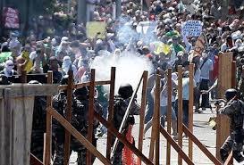 BREZİLYA'DA GAZETECİLER, HEM POLİSİN HEM DE GÖSTERİCİLERİN ŞİDDETİNE MARUZ KALDI