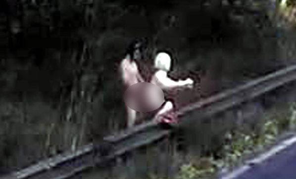 Otoban kenarında şişme kadınla...
