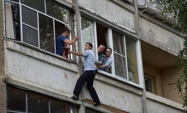 Bebeğini pencereden atmak isteyince...