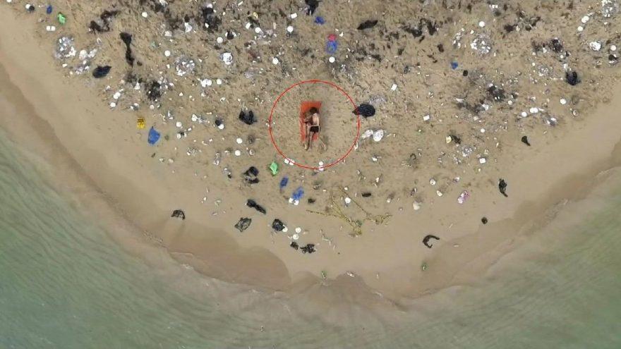 Çöplerle dolu plajda seks yaptılar!
