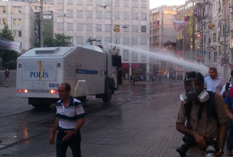 Polisten Taksim'de TOMA'lı müdahale