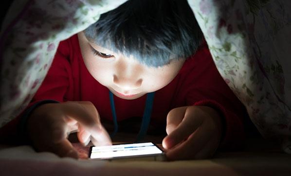 Telefon çocuklarda beyin, göz ve omurilik sorunlarına yol açıyor
