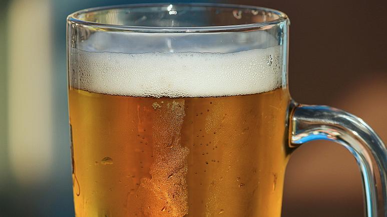 Vücudu kendi kendine bira üretiyor!