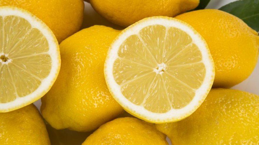 Sabahları büyük bir bardak limonlu su içmek...