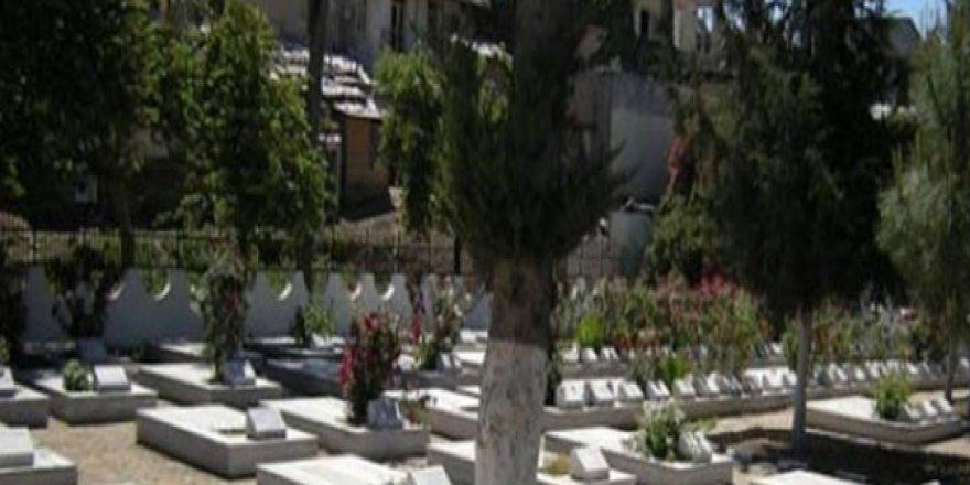 """""""TEK KİŞİNİN İSMİ OLAN MEZARDAN BEŞ KİŞİ ÇIKTI"""""""