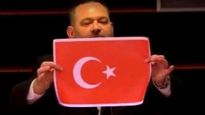 Avrupa Parlamentosu'nda Türk bayrağını yırtan faşist vekile ceza!