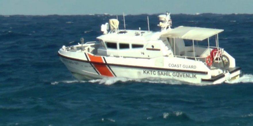 Alagadi'de denize giren iki genç dalgalara kapıldı