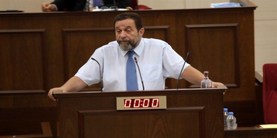 """Denktaş, """"özel jet"""" olayıyla ilgili polis raporunu okudu… Muhalefet salonu terk etti"""
