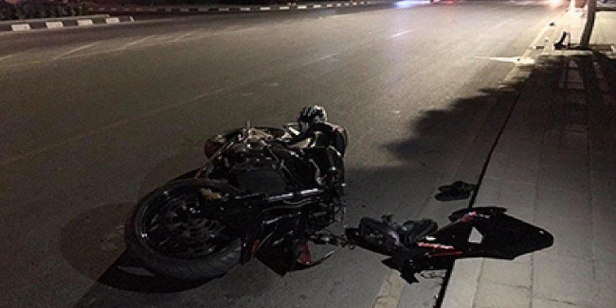 Motosiklet sürücüsü, yolu karşıdan karşıya geçmeye çalışan iki yayaya çarptı