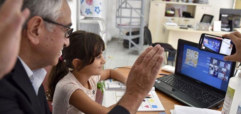 Akıncı öğrencilerle online derste
