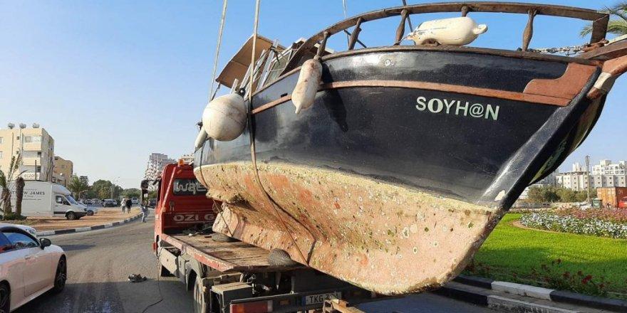 Gazimağusa'da tekne yola devrildi