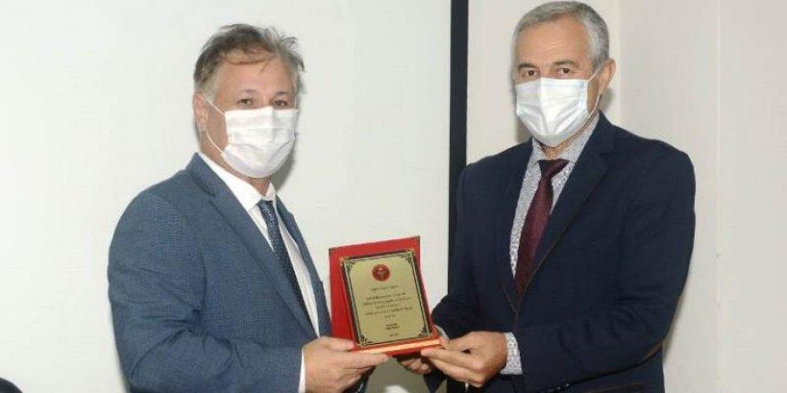 Pilli, Belediye Başkanlarına katkılarından dolayı plaket takdim etti
