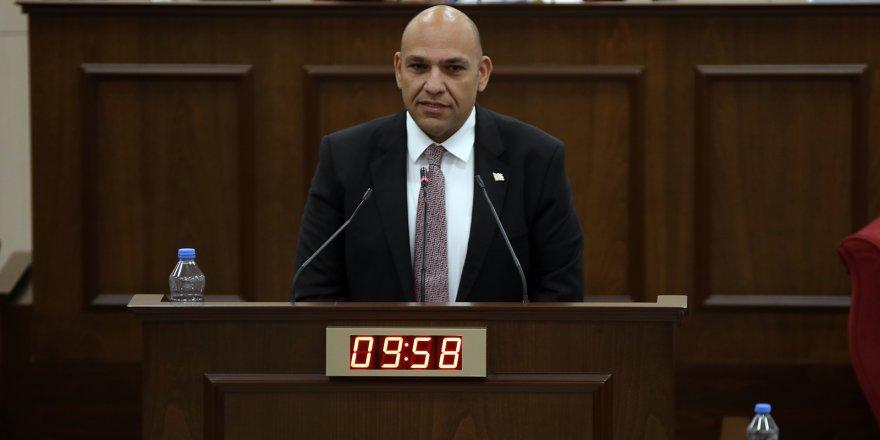 Atakan, Hükümetin nöbetçi bakan bırakarak, Meclis'te bulunmamasını eleştirdi.