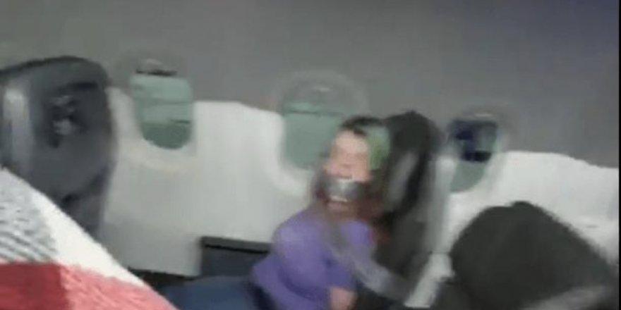 Uçuşun ortasında kapıyı açmaya çalışan kadını koltuğa bantladılar