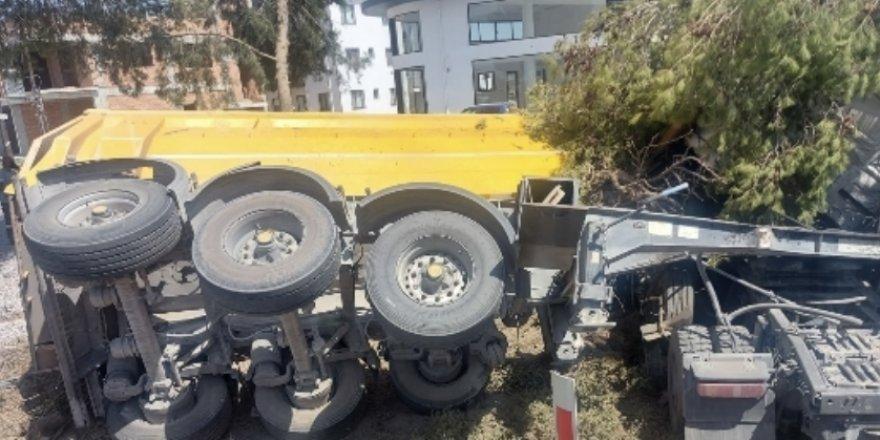 Kamyon devrildi, sürücü araçta sıkıştı