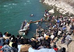 NEPAL'DE YOLCU OTOBÜSÜ NEHRE DÜŞTÜ: 10 ÖLÜ