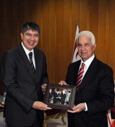 EROĞLU'NA 16 YIL ÖNCE ÇEKİLEN FOTOĞRAFI HEDİYE EDİLDİ