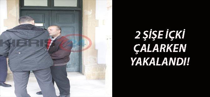 2 ŞİŞE İÇKİ ÇALARKEN YAKALANDI!