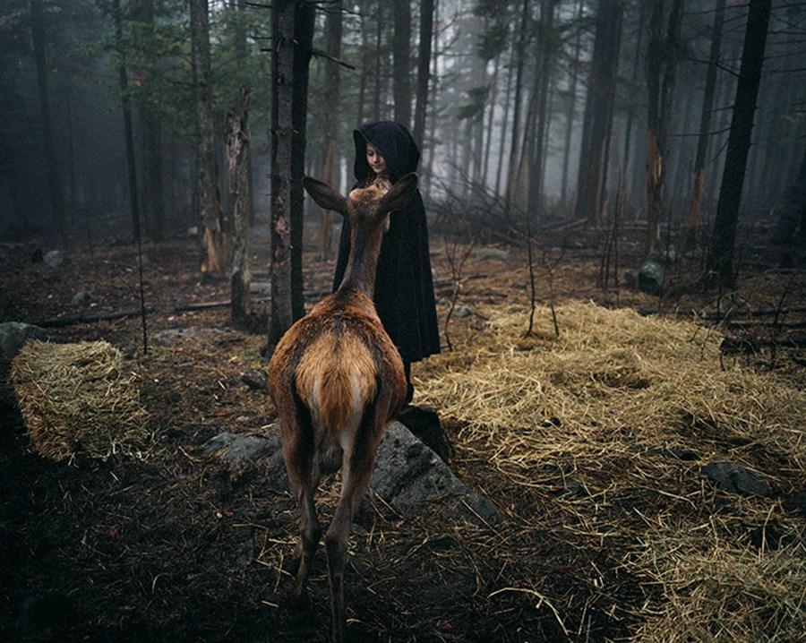 Vahşi hayvanlarla birlikte büyüyen kız