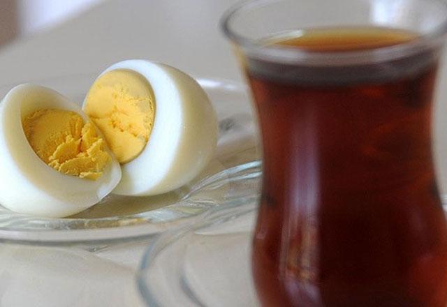 Kahvaltıda yumurtanın yanında sakın çay içmeyin