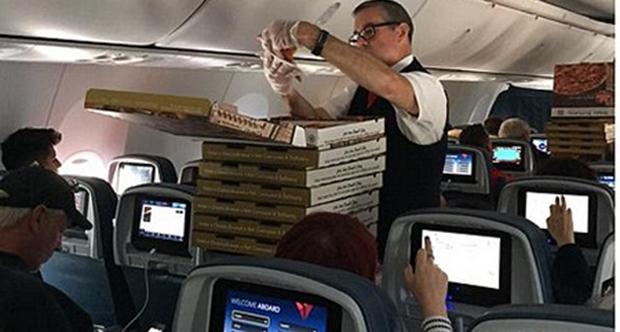 Pilot yolculara pizza ısmarladı çünkü...