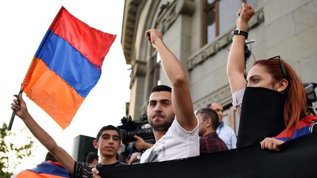 ERMENİSTAN'DA BİNLERCE KİŞİ ELEKTRİK ZAMMINI PROTESTO ETTİ