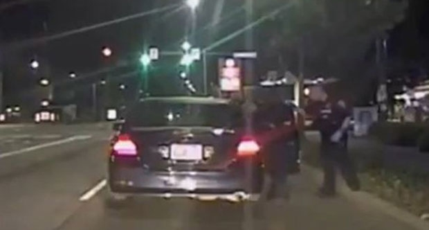 Aşırı hız yaptığı için bir aracı çeviren polis şoke oldu!
