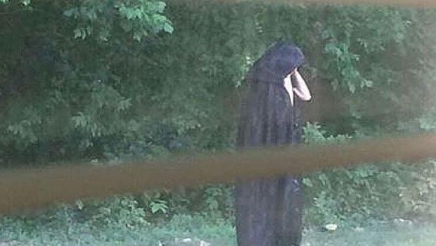 Siyah pelerin giyip, çiğ et bırakıyor