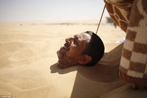 Kendilerini kuma gömüyorlar çünkü...