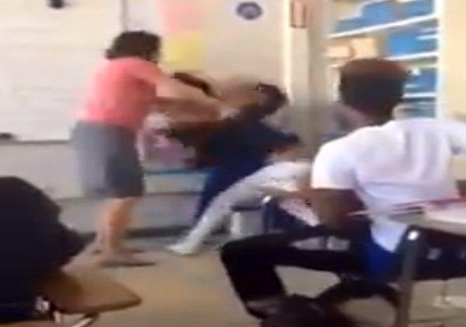 Kız Öğrenciler Sınıfta Birbirine Girdi