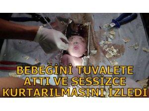 BEBEĞİNİ TUVALETE ATTI VE SESSİZCE KURTARILMASINI İZLEDİ!